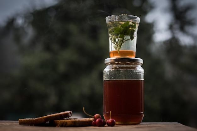 Close-up shot van een gezonde zelfgemaakte drank in een pot