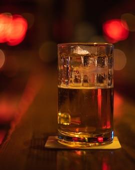 Close-up shot van een glas bier op tafel