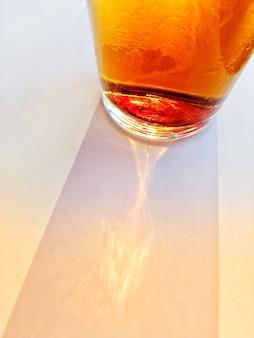 Close-up shot van een glas negroni