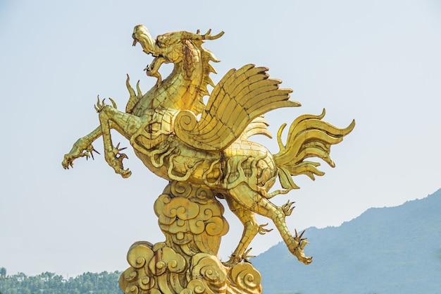 Close-up shot van een gouden standbeeld van een eenhoorn overdag