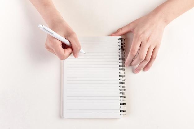 Close-up shot van een hand die een dagboek invult