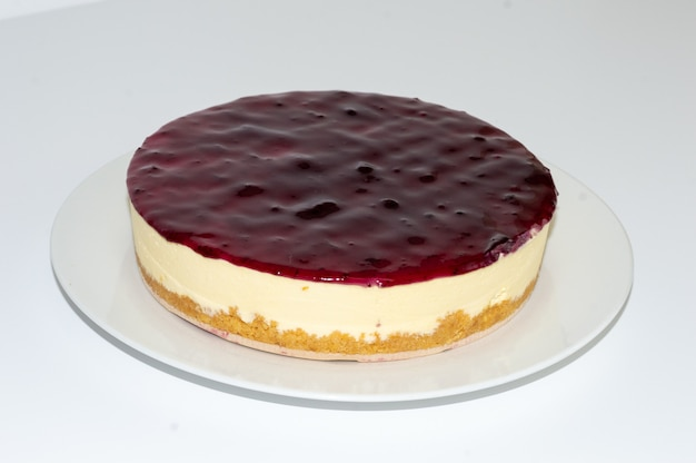 Close-up shot van een heerlijke bosbessen cheesecake op een witte plaat