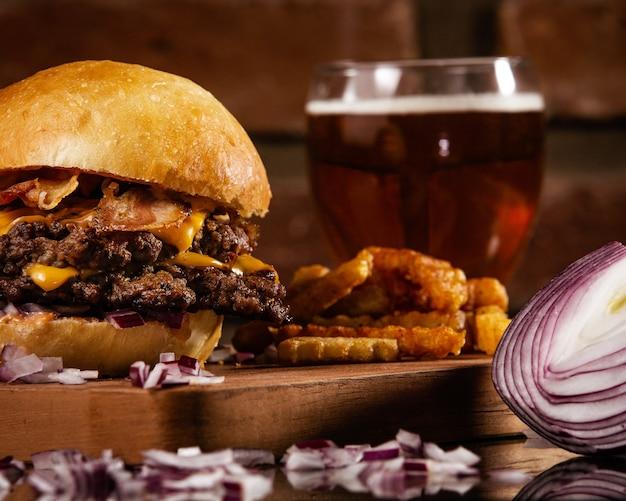 Close-up shot van een heerlijke hamburger met rundvlees, gele kaas en spek