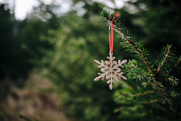 Close-up shot van een houten vlok op de kerstboom