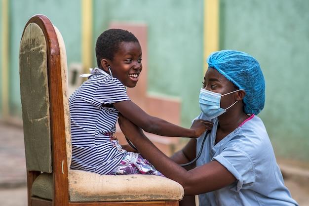 Close-up shot van een jongen en een dokter die een hygiënisch masker dragen