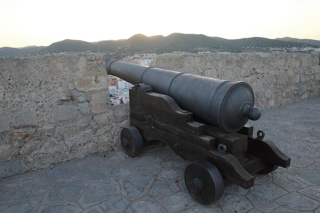 Close-up shot van een kanon in een fort