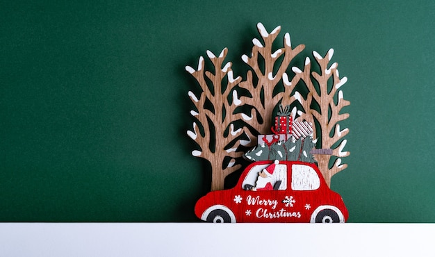 Close-up shot van een kerstkarton met decoraties