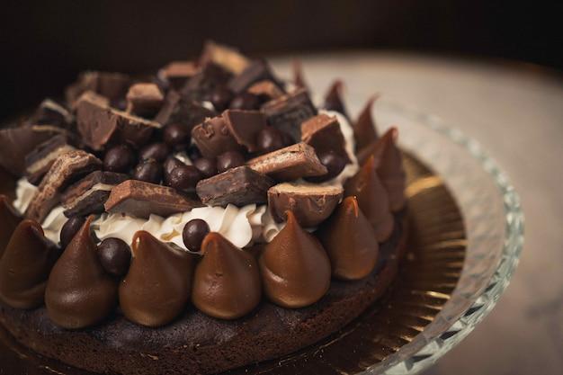 Close-up shot van een lekkere chocoladetaart op een glazen plaat op een tafel