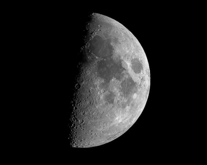 Close-up shot van een maansverduistering geïsoleerd op zwart