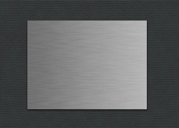 Close-up shot van een metalen plaat op een grijze lederen achtergrond