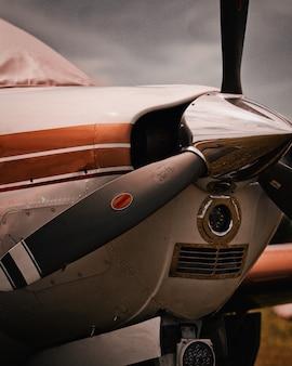 Close-up shot van een moderne geparkeerde eendekpropeller