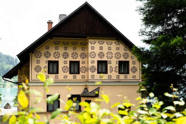 Close-up shot van een mooi huis met een ongewoon ontwerp voor het meer van bled, slovenië