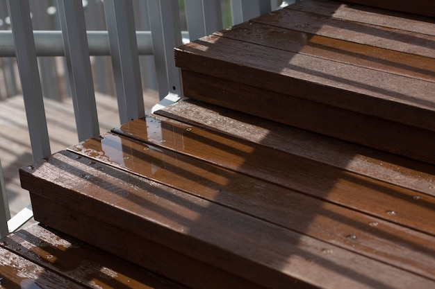 Close-up shot van een natte houten trap na de regen