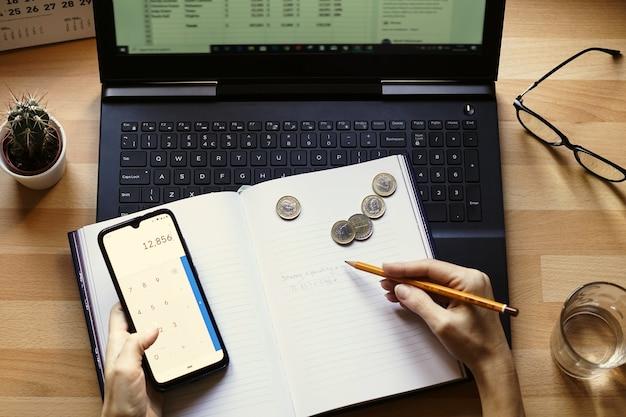 Close-up shot van een ondernemer die vanuit huis werkt aan zijn persoonlijke financiën en besparingen