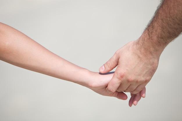 Close-up shot van een paar hand in hand samen met het concept van de minnaar