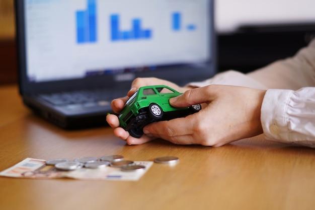 Close-up shot van een persoon die denkt aan het kopen van een nieuwe auto of het verkopen van een voertuig