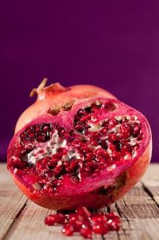 Close-up shot van een sappige granaatappel geheel en gesneden