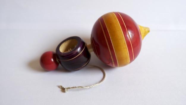 Close-up shot van een tol speelgoed op een witte ondergrond