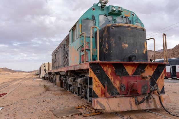 Close-up shot van een trein op een woestijn onder een bewolkte hemel
