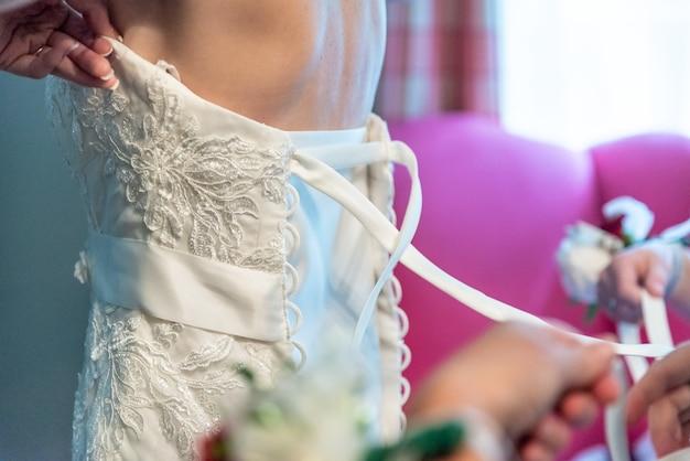 Close-up shot van een trouwjurk