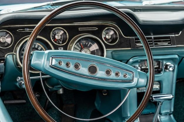 Close-up shot van een turkoois interieur van een auto, inclusief het stuur