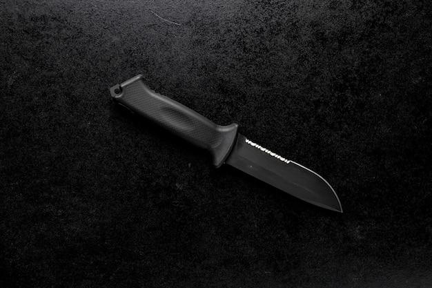 Close-up shot van een vast scherp mes op een zwarte