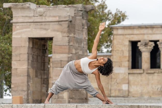 Close-up shot van een vrouw die buiten yoga beoefent