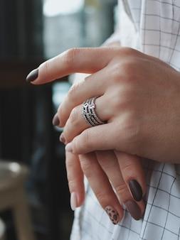 Close-up shot van een vrouw die een mooie zilveren ring draagt