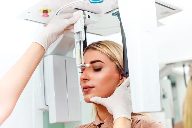 Close-up shot van een vrouw die een tandheelkundige röntgenfoto krijgt