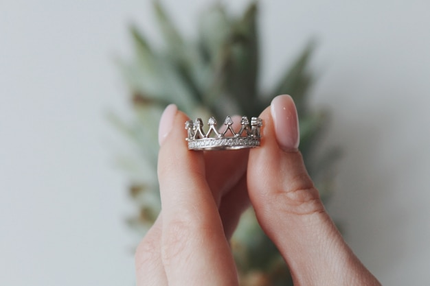 Close-up shot van een vrouw met een ring in de vorm van een kroon