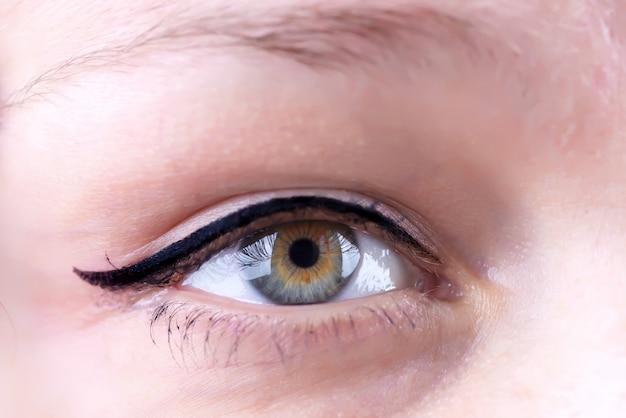 Close-up shot van een vrouw oog met lange wimpers