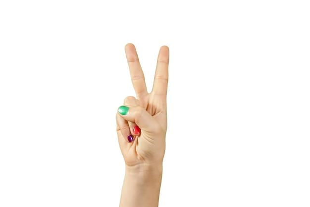Close-up shot van een vrouwelijke hand met manicure geïsoleerd op een witte muur