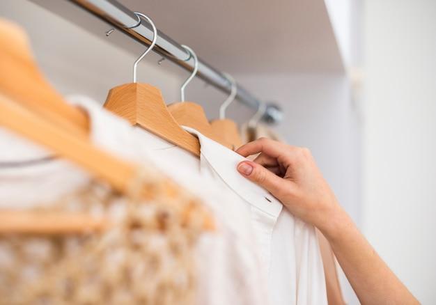 Close-up shot van een vrouwelijke kledingkast