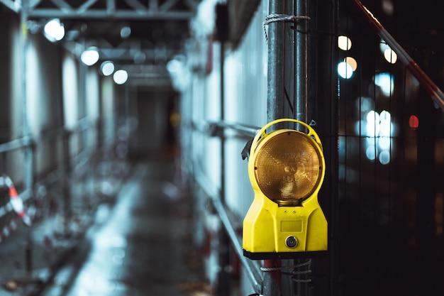 Close-up shot van een waarschuwingslamp in de straat 's nachts