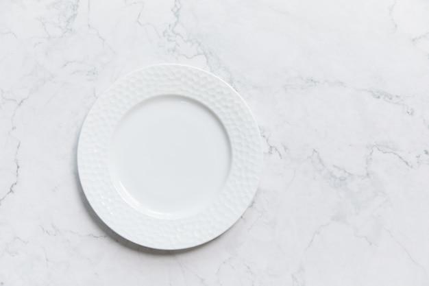 Close-up shot van een witte plaat op een gekleurde achtergrond