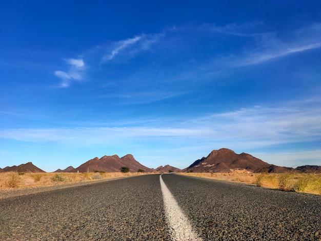 Close-up shot van een woestijn in de buurt van een weg