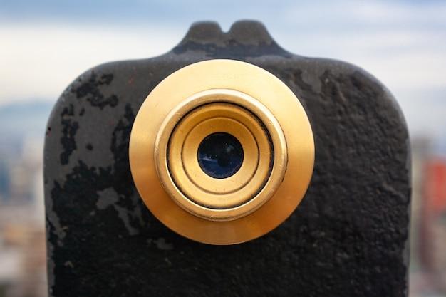 Close-up shot van een zwarte verrekijker