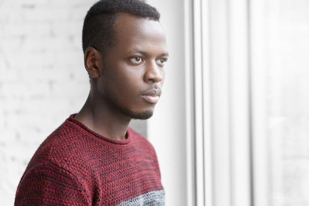 Close-up shot van ernstige en doordachte toekomstige jonge afrikaanse amerikaan