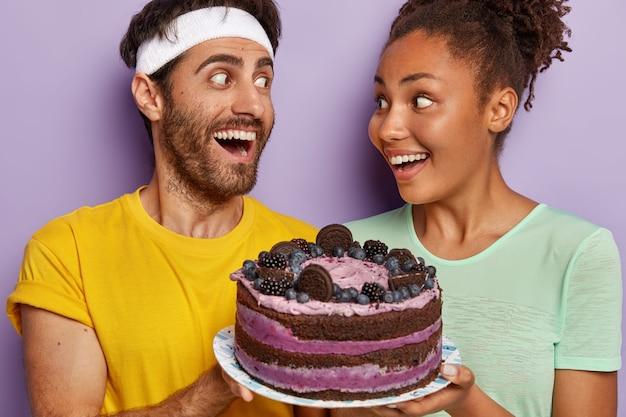 Close-up shot van gelukkig diverse vrouw en man kijken elkaar gelukkig
