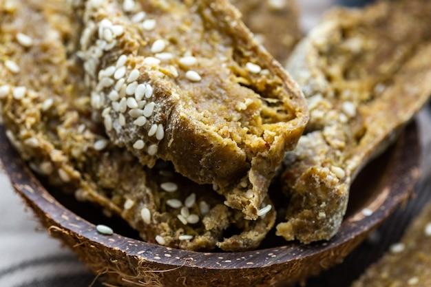 Close-up shot van gesneden vers rauw veganistisch brood