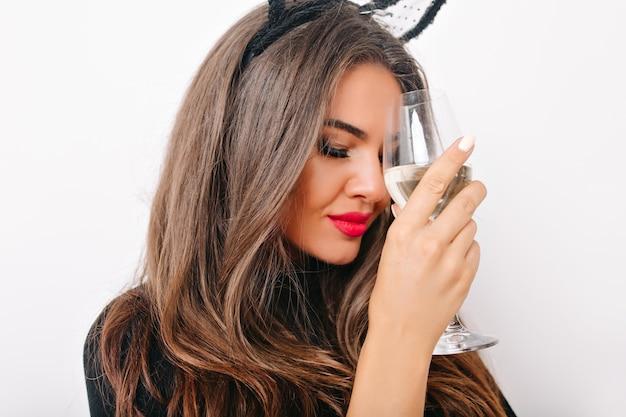 Close-up shot van geweldige vrouw met lange wimpers wijn drinken
