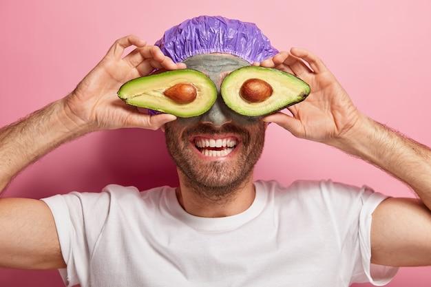 Close-up shot van grappige vrolijke man doet zijn schoonheidsroutine
