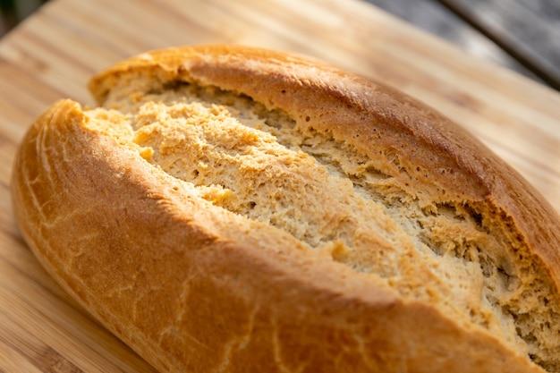 Close-up shot van heerlijk zuurdesembrood op een houten oppervlak in zonlicht