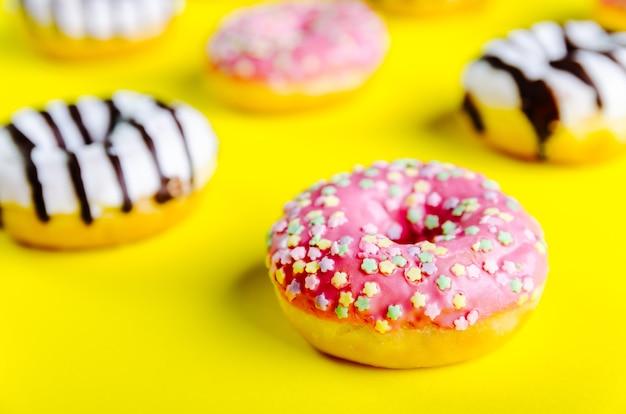 Close-up shot van heerlijke donuts op een gele ondergrond - perfect voor een coole achtergrond