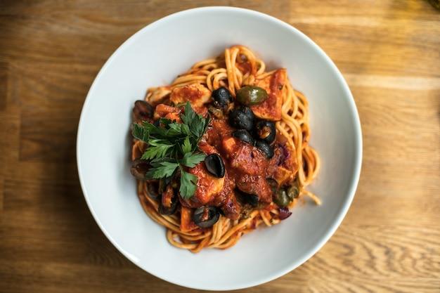 Close-up shot van heerlijke pasta in een witte plaat