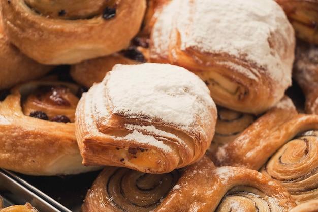 Close-up shot van heerlijke vers gebakken desserts met poeder