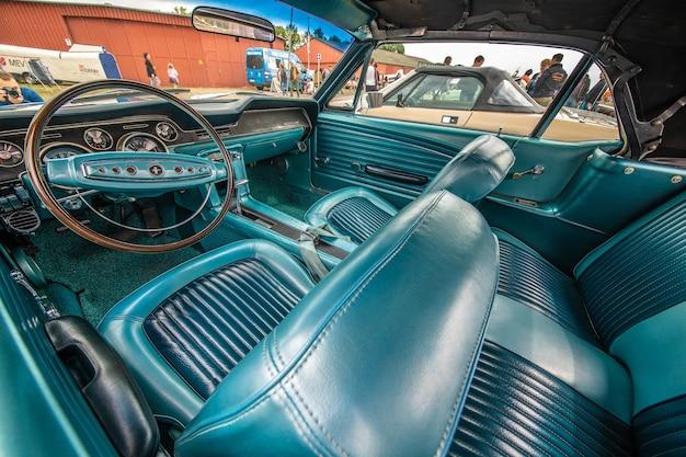 Close-up shot van het blauwe interieur van een auto overdag