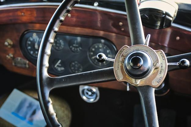 Close-up shot van het metalen stuurwiel van een voertuig