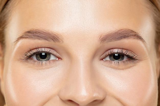 Close-up shot van jonge vrouw op gele studio
