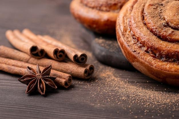 Close-up shot van kaneelstokjes en anijs ster op de bruine tafel